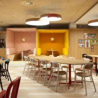 Un comedor sostenible y lleno de color en la sede de Coca Cola España
