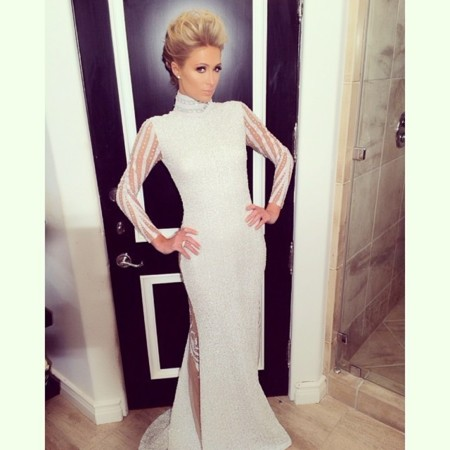 Paris Hilton vestido blanco Grammy 2014 alfombra roja House of Milani