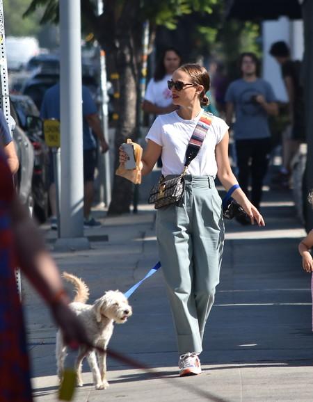 Natalie Portman nos trae el estilismo definitivo para los días de entretiempo (podrías querer llevarlo desde ya)