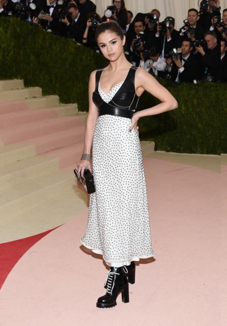 Selena Gomez y su elección de calzado tampoco nos convence en la gala del MET 2016