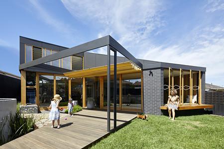 La ampliación de una antigua casa de los años 60 gracias a la cual esta última se abre exterior, a la modernidad y a la eficiencia
