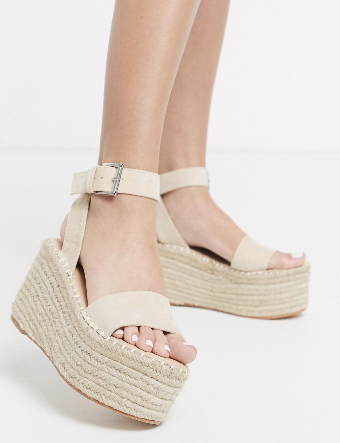 Sandalias estilo alpargatas con plataforma plana y diseño de rafia en beis Saffy de Public Desire