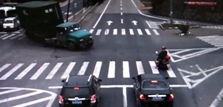 Hay gente con mucha suerte (LXVII): el motorista más suertudo de China