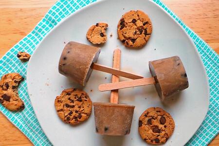 Paletas heladas sabor galletas con chispas de chocolate. Receta fácil para niños
