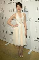 Emmy Rossum y Emma Roberts en la fiesta Elle: recogido sofisticado versus melena midi ¿Quién fue la vencedora?