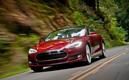 Tesla Model S rojo en la carretera