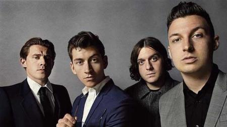 "La ""dura"" vida de una fan en el nuevo vídeo de Arctic Monkeys: 'Snap Out Of It'"