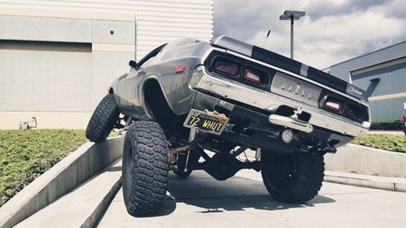¡Muscle car y monster truck! Alucina con este Dodge Challenger convertido en brutal 4x4 que se vende por 26.000 euros