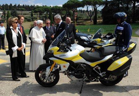 El Papa va como una moto