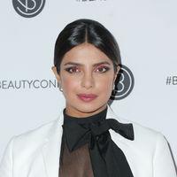 Priyanka Chopra nos enseña cómo lucir con acierto un maquillaje neón