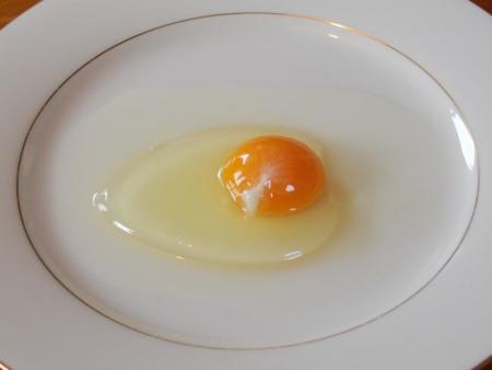 Sencillo truco para separar las claras de las yemas en los huevos
