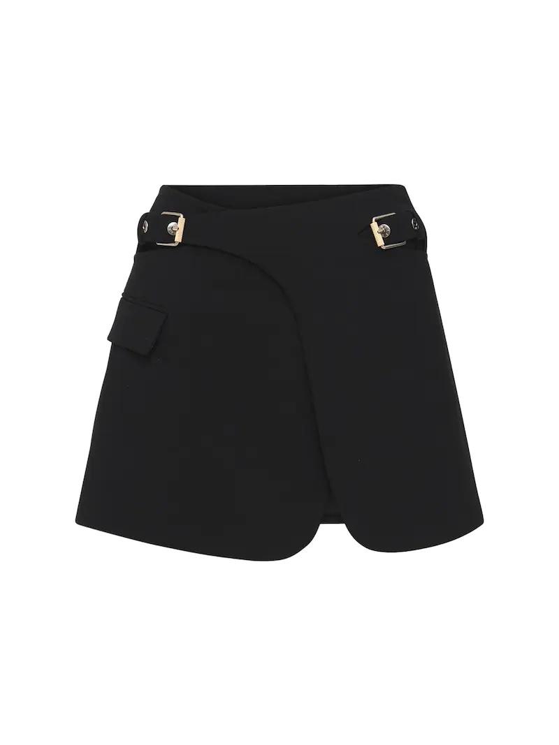 Minifalda con detalle de hebillas.