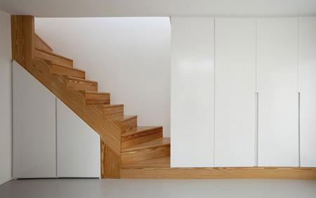 Escalera de madera con hueco aprovechado
