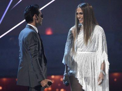 Jennifer López reapareció a lo grande en los Grammy Latinos: con un mono transparente y besando a Marc Anthony
