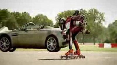 Aston Martin contra un patinador