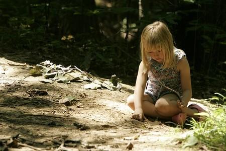 Nina Jugando Tierra