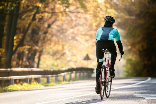 Más fuerza en tus piernas para pedalear más lejos: los ejercicios que no pueden faltarte en el gimnasio si eres ciclista de carretera