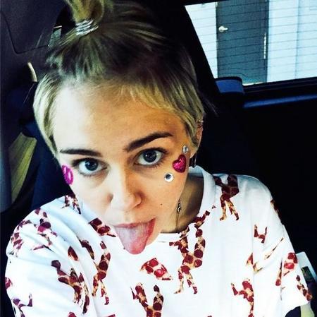 Que alguien le recuerde a Miley Cyrus que lo de comparar novios está muy feo