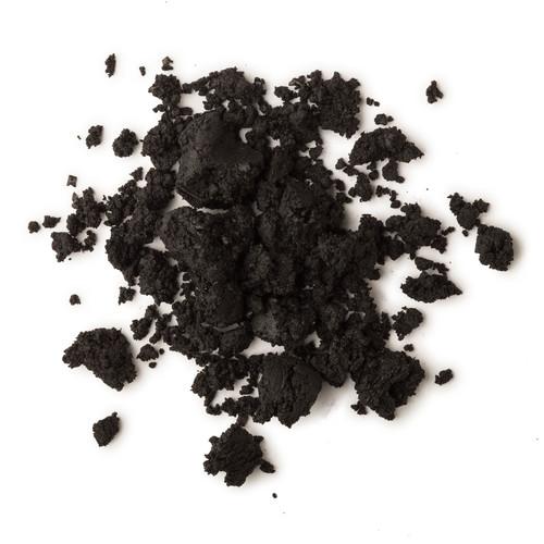 """A tu piel le toca carbón: 7 básicos de la cosmética """"negra"""" para decir adiós a las impurezas"""
