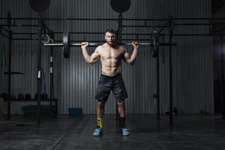 Qué son y para qué sirven los ejercicios isométricos (y tres ejercicios que puedes hacer en casa)