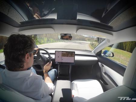 Tesla Model 3 Prueba interior conduciendo