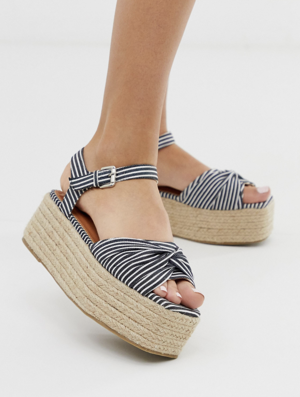 Sandalias azules estilo alpargata con suela laminada y estampado de rayas de Boohoo