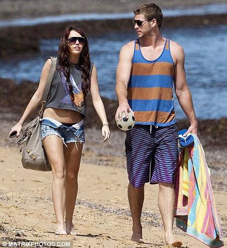 Miley Cyrus y Liam Hemsworth retozan en la playa