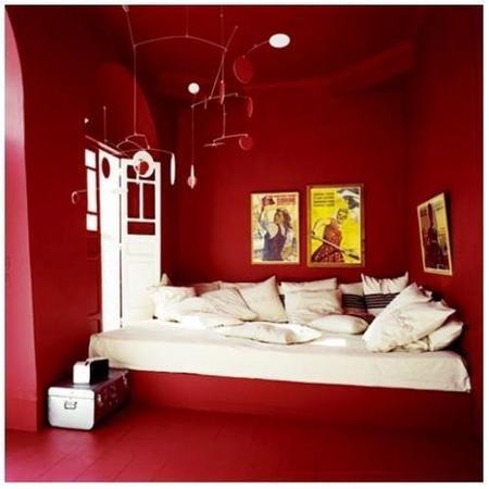 Un dormitorio en rojo y blanco.