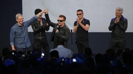Tim Cook y Bono de U2