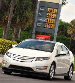 Chevrolet Volt y una gasolinera