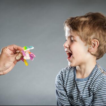 Pegatinas, premios y caritas sonrientes: por qué no me gustan a la hora de educar a los niños