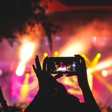 Esta es la tecnología que te impedirá grabar y hacer fotos en los conciertos (y ocupa lo mismo que tu smartphone)