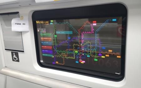 Los paneles OLED transparentes de LG convierten las ventanas de este metro en pantallas con información