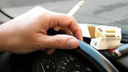 Los peligros de fumar en el coche