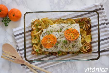 Merluza al horno con patatas, cebolla y naranja (o mandarina): receta saludable completa y muy fácil