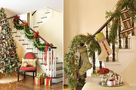 Escaleras con decoración de Navidad