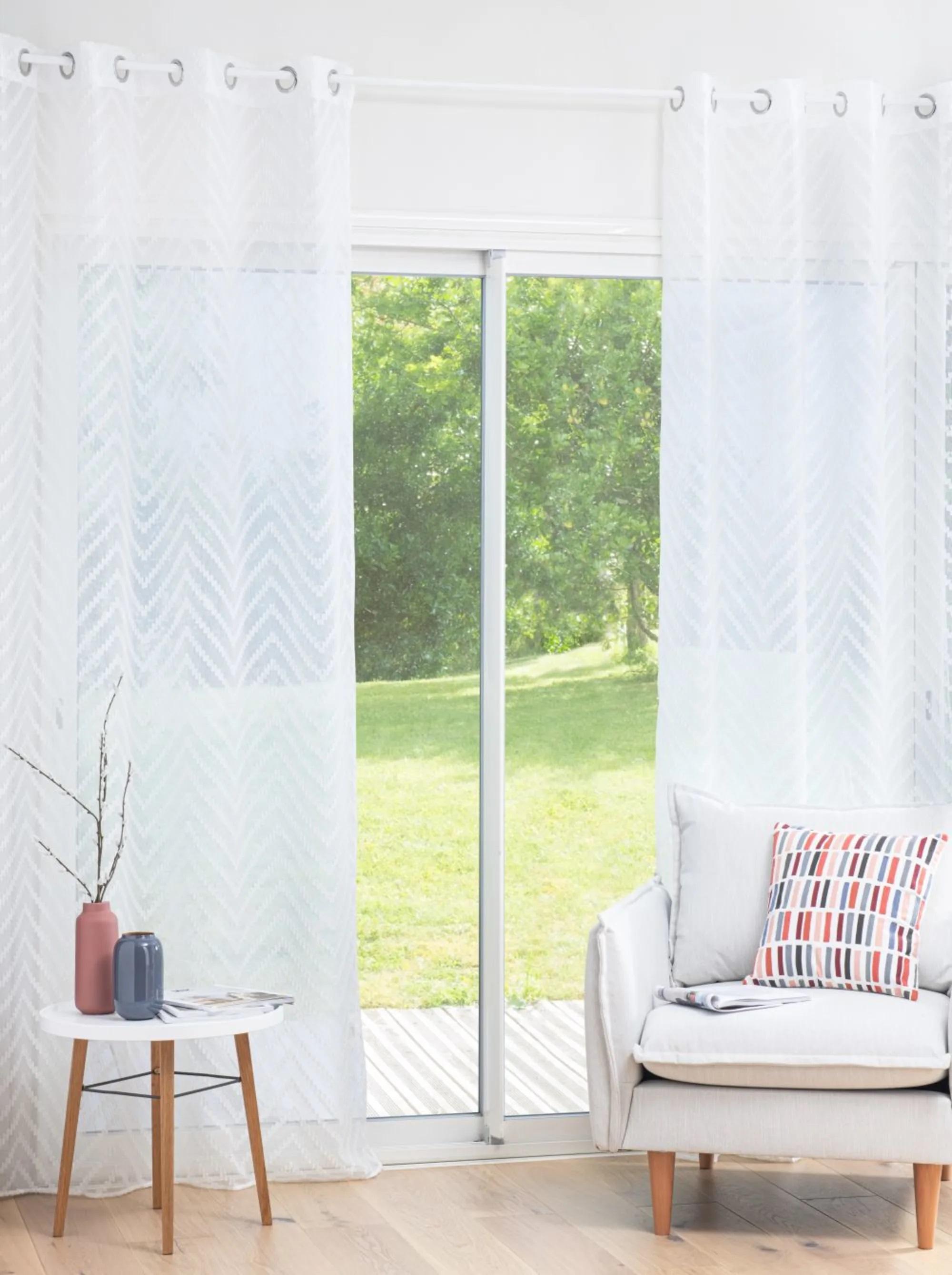 Visillos con diseño bordado