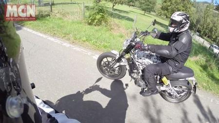 Ducati Scrambler pillada en la carretera