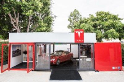 La última de Tesla, instalar concesionarios portátiles