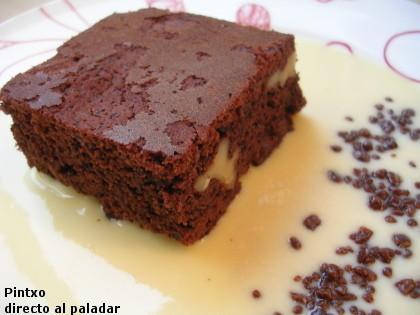 Receta de pastel de chocolate y nueces con crema inglesa de vainilla
