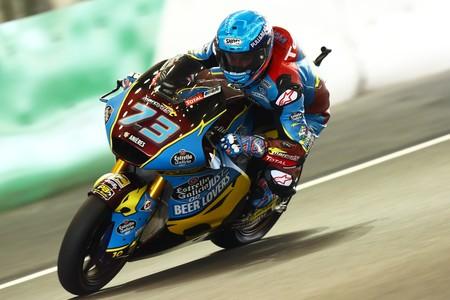 ¡Impresionante! La salvada de Álex Márquez con todo el cuerpo fuera de la moto bajo la lluvia en Japón
