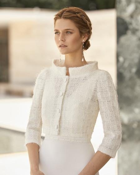 Rosa Clará diseña la primera colección de abrigos y capas de novia para las bodas de invierno