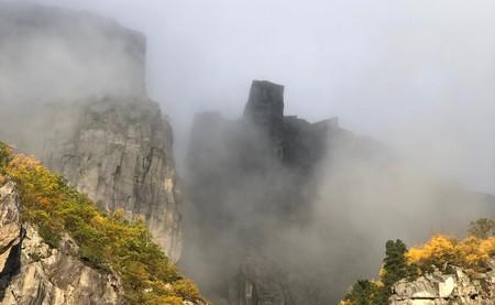 El púlpito de Preikestolen visto desde el fiordo