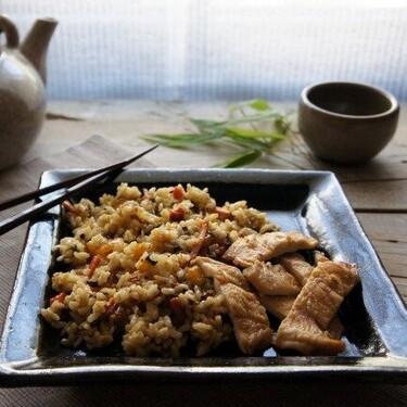 Pechuga de pollo al horno con jengibre y miel: receta con guarnición oriental incorporada