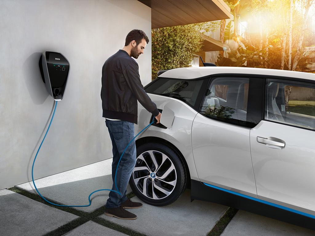 Instalar un cargador para tu coche eléctrico en casa es relativamente sencillo, BMW nos cuenta lo esencial