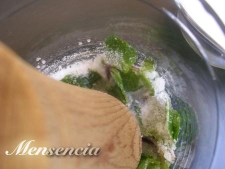 Pisamos la hierbabuena con el azúcar