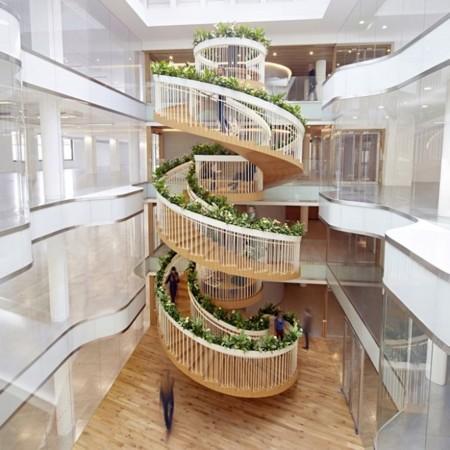 Una escalera llena de vida en unas oficinas del Soho londinense