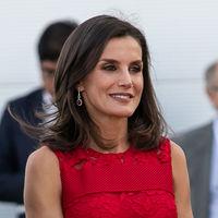 Doña Letizia vuelve a apostar por uno de sus vestidos rojos  más recurrentes (y bonitos) en su visita a Valencia