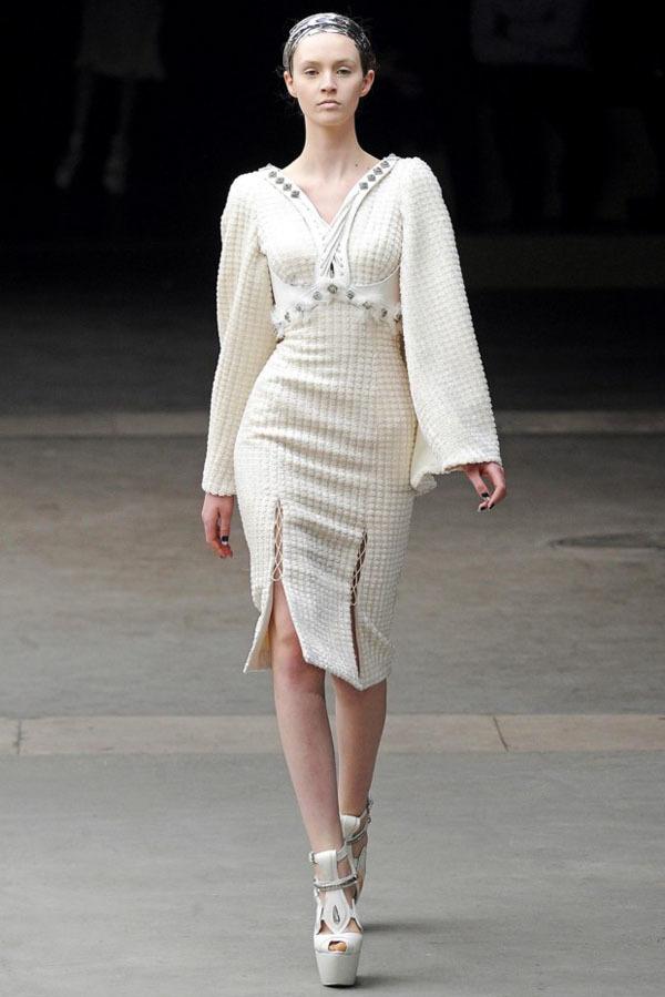 Foto de Alexander McQueen Otoño-Invierno 2011/2012 en la Semana de la Moda de París: Sarah Burton continúa con nota el legado (2/27)