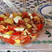 Ensalada de patata, tomate y atún. Receta saludable